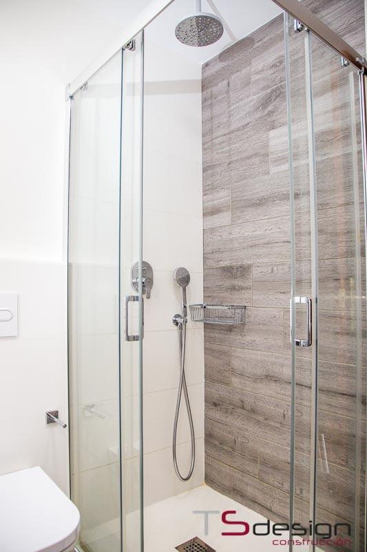 En los baños pequeños escoge plato de ducha, ¡ni lo dudes!