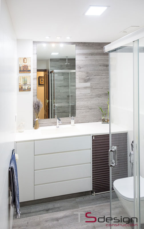 Los espejos y la profundidad simulada en un baño pequeño