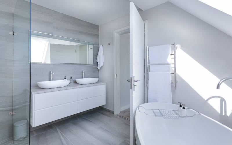 Dos lavabos, dos encimeras y (si es posible) dos espejos