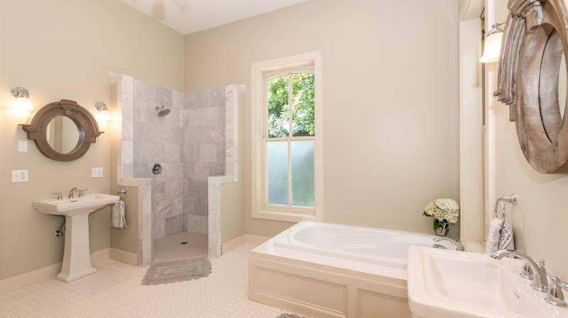 Baños con suelo de madera