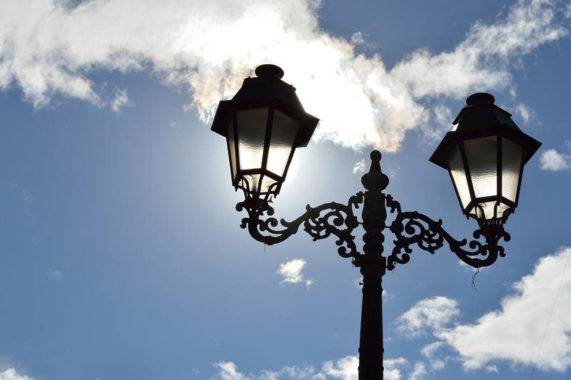 Reforma la iluminación de una terraza con farolas clásicas