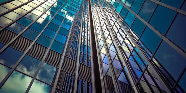 Reforma la fachada de tu oficina vidrio sin superar el gasto energético